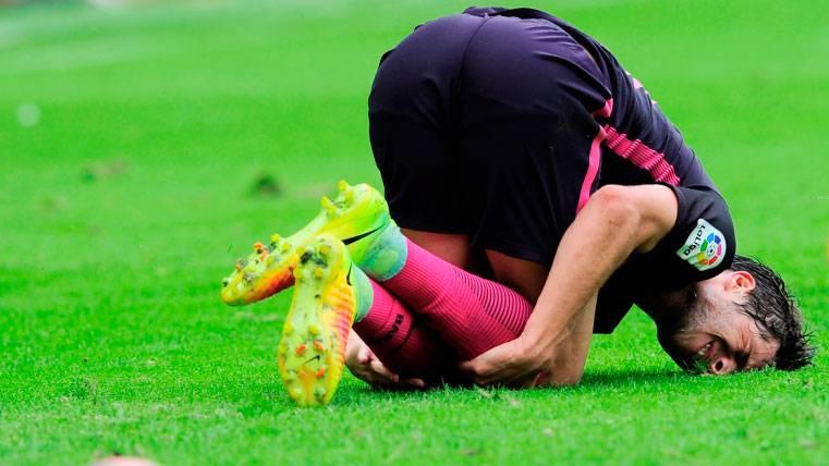 La rodilla de Sergi Roberto dio el susto tras un golpe de Piatti