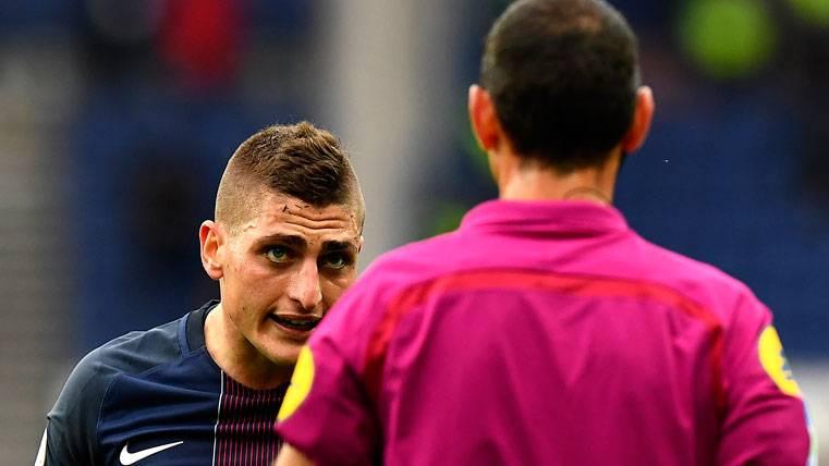 Marco Verratti, protestando una acción de un partido al árbitro