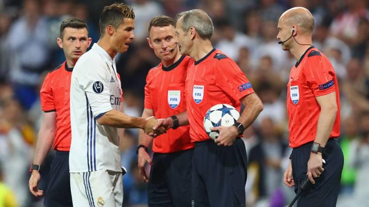 Hubo charla entre Cristiano y el árbitro tras su gol ilegal