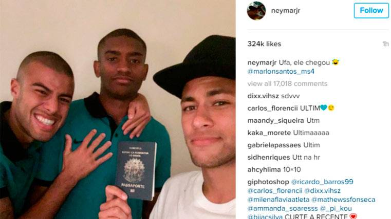 Neymar posa junto al pasaporte de Marlon Santos, el mismo zaguero y Rafinha Alcántara