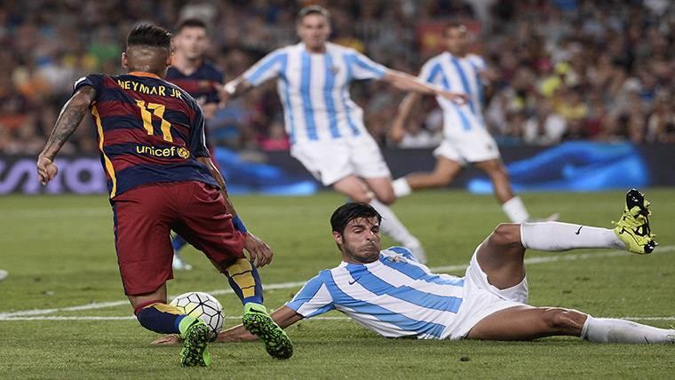 Miguel Torres intentando parar a Neymar