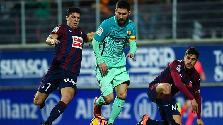 Dani García y Capa, intentando frenar a Leo Messi en Ipurúa