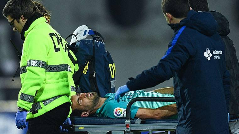 Sergio Busquets abandona Ipurúa tras ser lesionado por Gonzalo Escalante