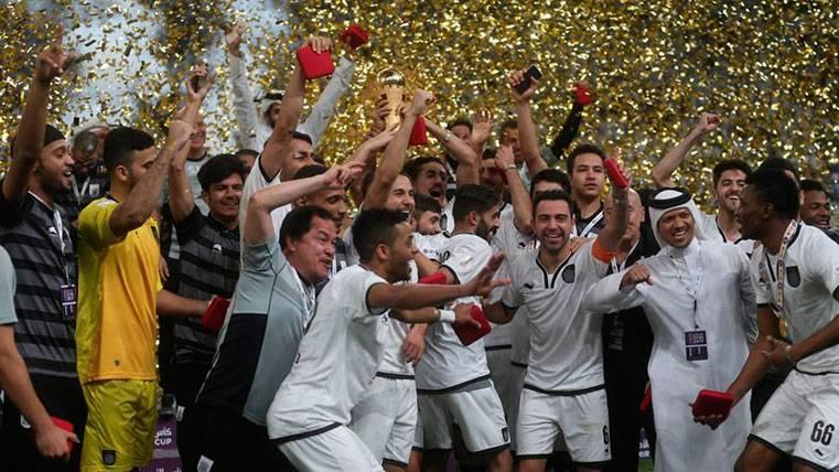 Xavi Hernández y los jugadores del Al Sadd celebran la Copa Emir