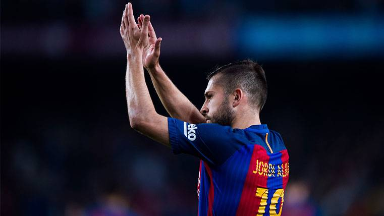 Jordi Alba aplaude a la afición tras el partido contra la Real Sociedad