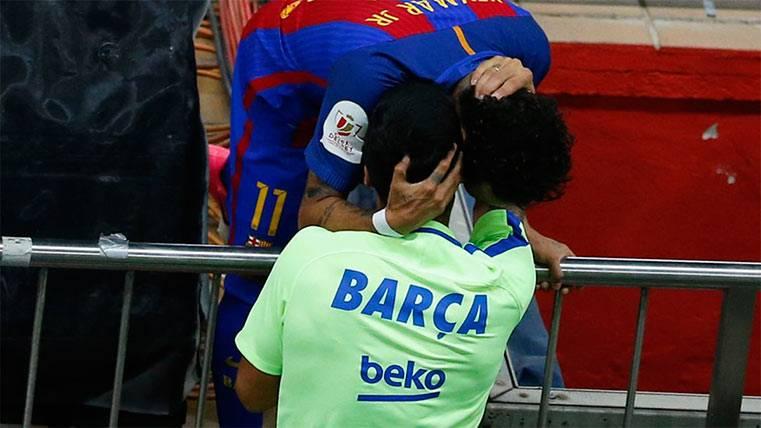 ¡Neymar saltó a la grada para abrazar a Suárez tras su gol!