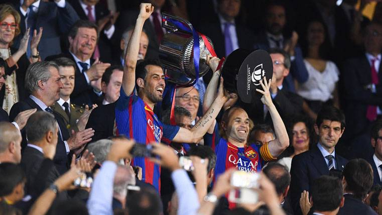 Iniesta explicó por qué levantó la Copa del Rey con Busquets