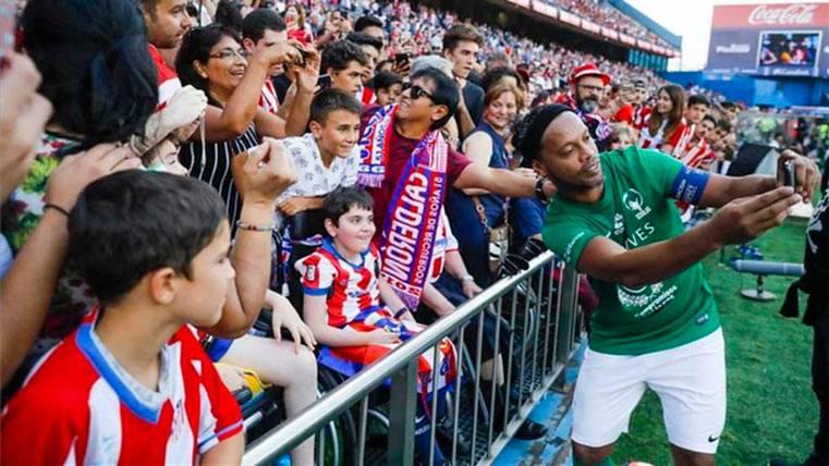 Ronaldinho, ovacionado en el adiós al Vicente Calderón