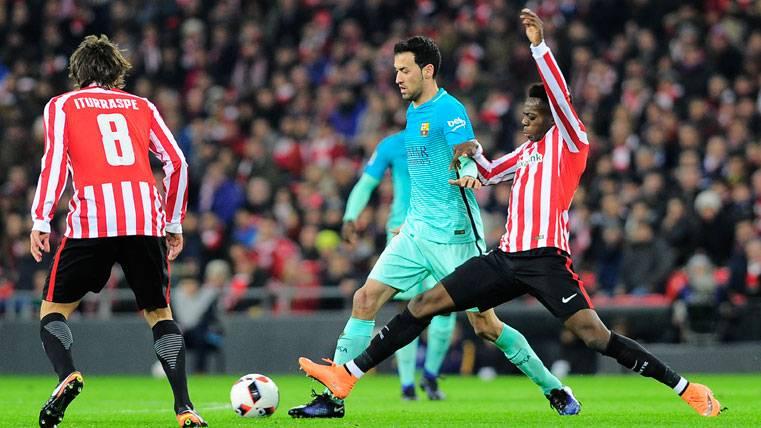 Iñaki Williams, intentando robar un balón a Sergio Busquets