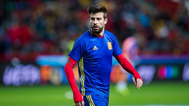 A Gerard Piqué en un calentamiento con la selección española