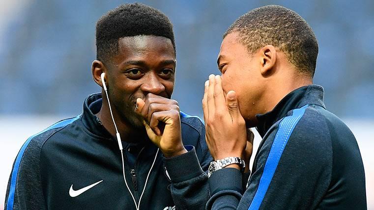 Ousmane Dembélé junto a Mbappé, en un entreno con Francia