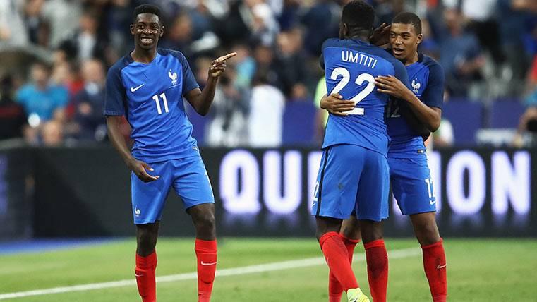 Ousmane Dembélé tras disputar un partido con Francia, junto con Umtiti y Mbappé