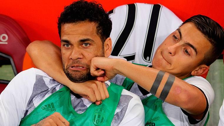 A Dani Alves le salen muy caras sus palabras sobre Dybala