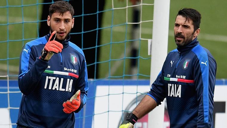 Buffon y Donnarumma en una concentración de la selección italiana