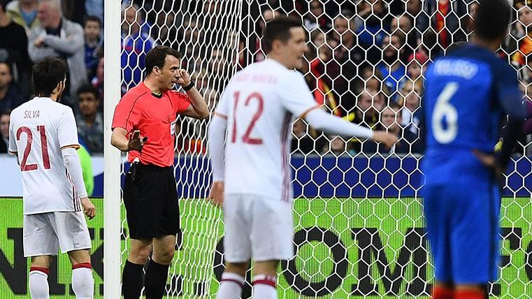 El árbitro Felix Zwayer utiliza el VAR en el amistoso Francia-España