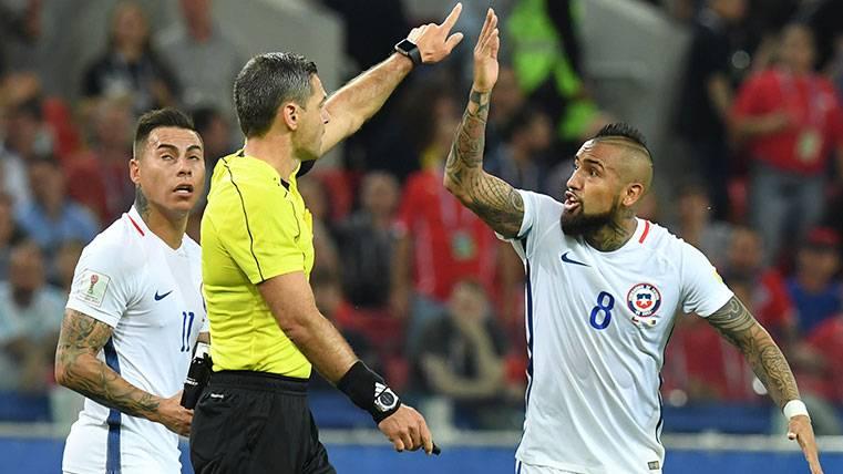 Arturo Vidal protesta a Damir Skomina una acción en la Copa Confederaciones