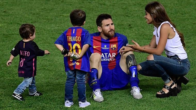 Leo Messi con Antonella Rocuzzo y sus hijos, Thiago y Mateo