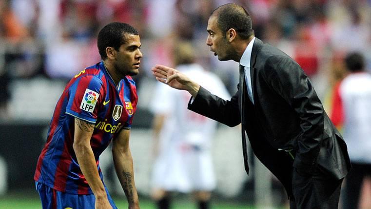 Guardiola, molesto con Alves por su marcha al PSG