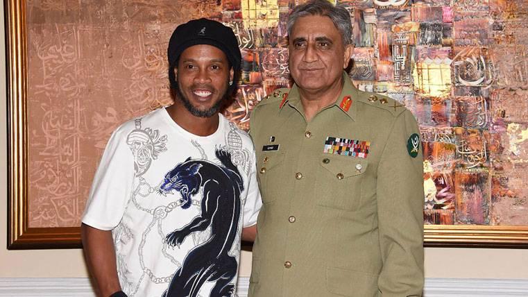 Ronaldinho desata la locura en su visita a Pakistán