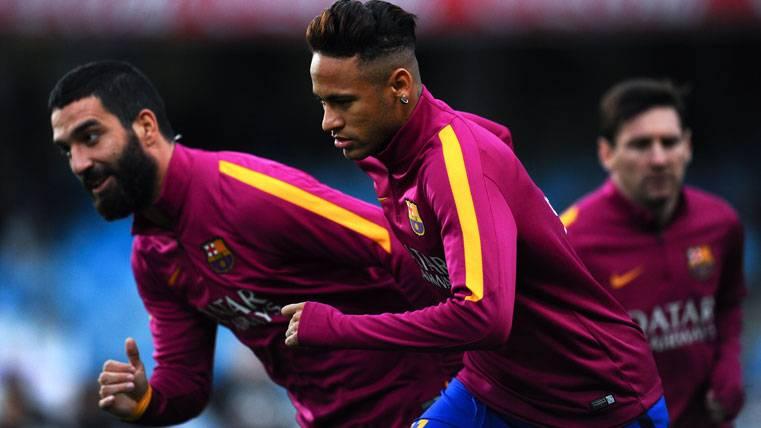 Arda Turan, Neymar y Messi, calentando con el FC Barcelona