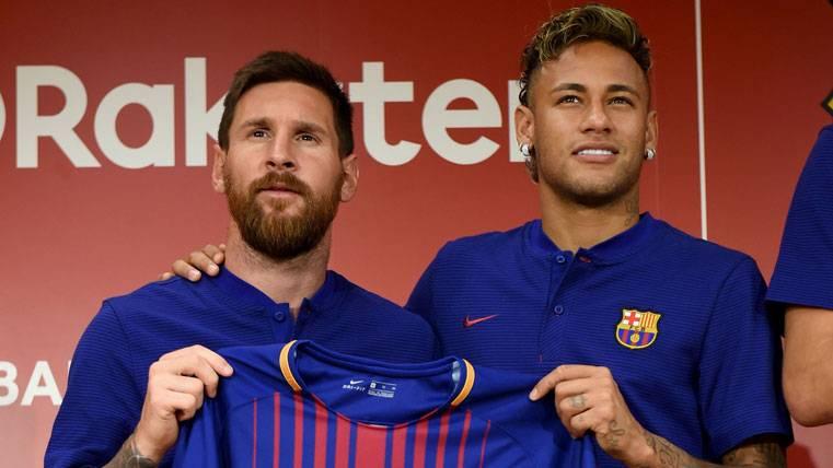 Leo Messi y Neymar Jr, posando con la nueva camiseta del Barça