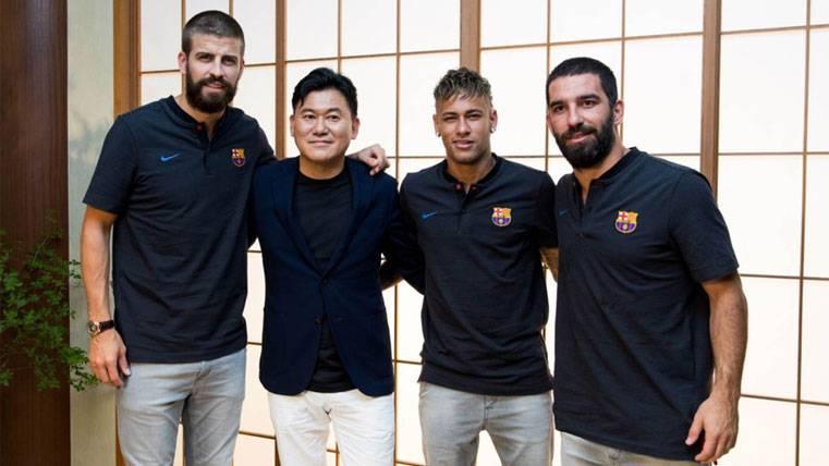 Gerard Piqué, Neymar y Arda, posando junto a Mikitani