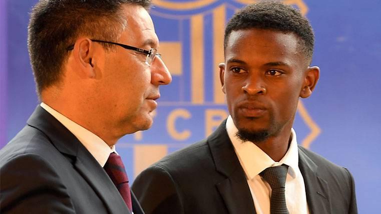 Nélson Semedo con Josep Maria Bartomeu en su presentación con el Barça