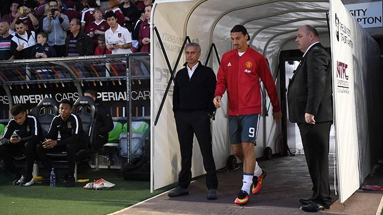 Zlatan Ibrahimovic y José Mourinho en un partido del Manchester United