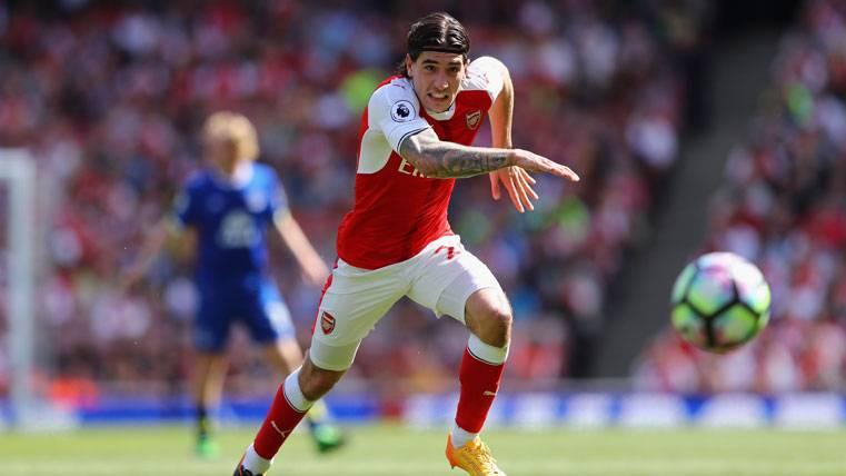 Héctor Bellerín, luchando por un balón con el Arsenal
