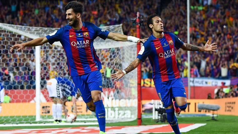 André Gomes, celebrando un gol del Barça junto a Neymar