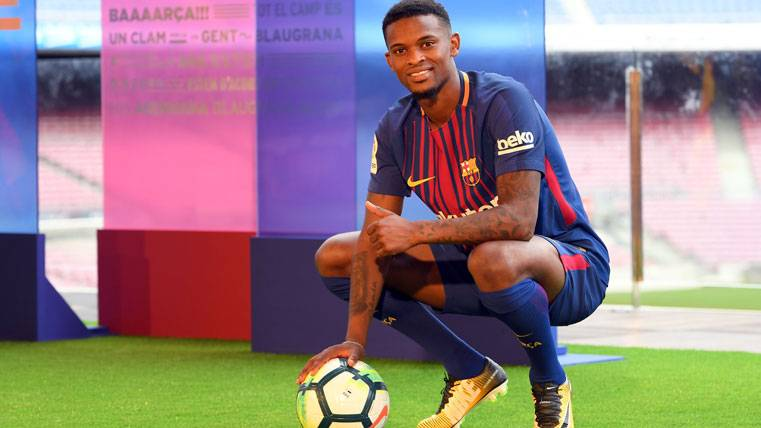 Nelson Semedo, posando como nuevo fichaje del FC Barcelona