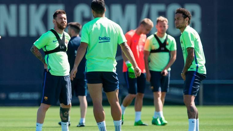 Leo Messi, Neymar Jr y Luis Suárez, charlando en un entrenamiento