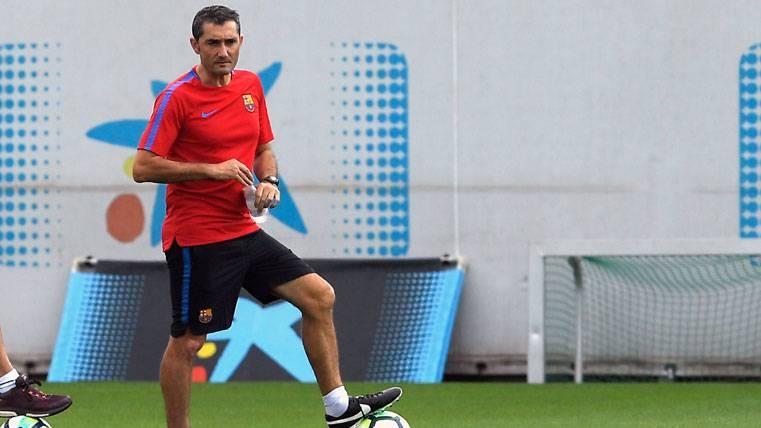 Ernesto Valverde, durante un entrenamiento con el FC Barcelona