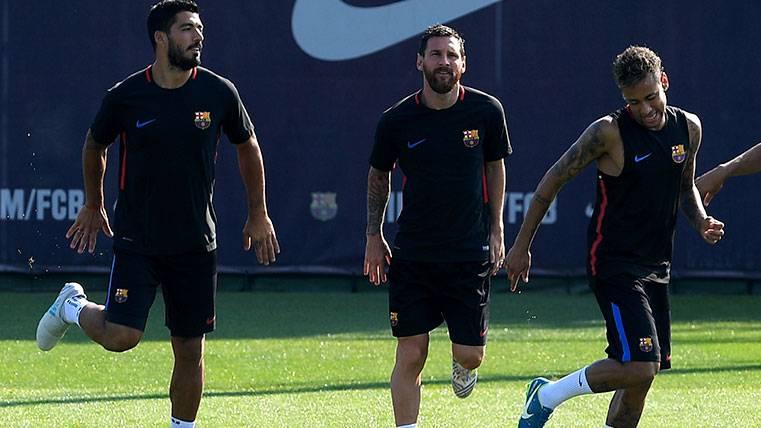Leo Messi, ¿romántico o despistado entrenando?