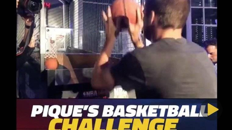 Gerard Piqué demuestra sus habilidades con el basket