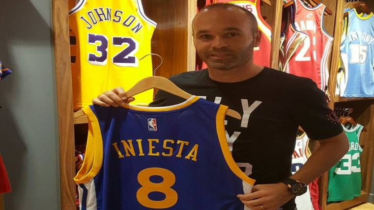 Iniesta visita la tienda de la NBA y disfruta con su familia