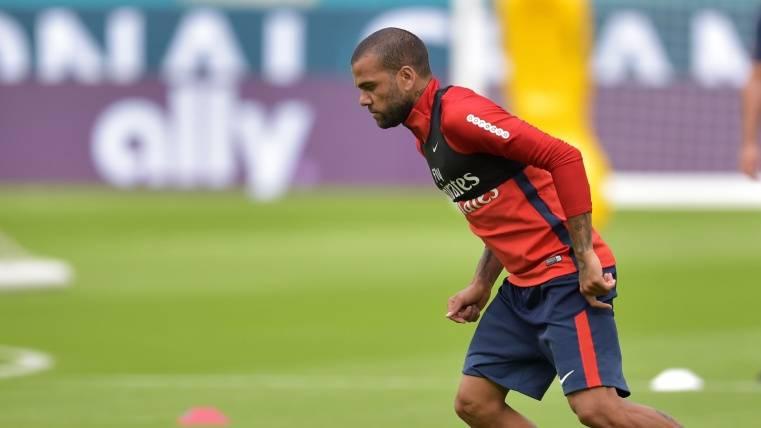 Alves desmiente que esté convenciendo a Neymar