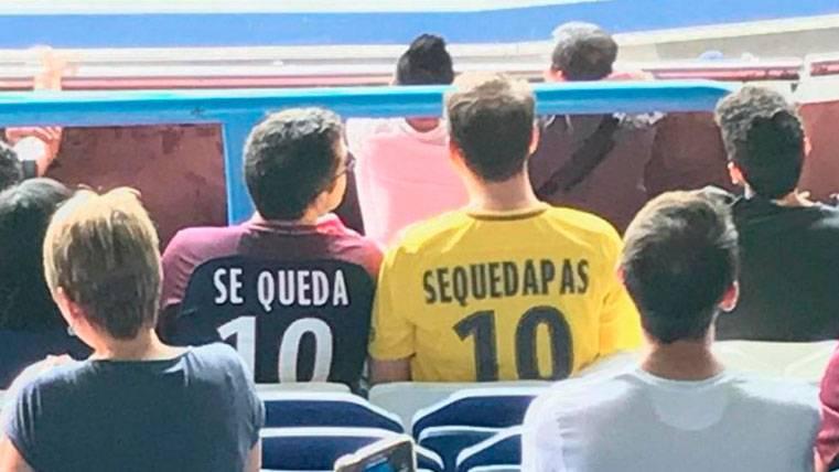 """Una más del PSG: Aficionados con camisetas de """"se queda"""""""