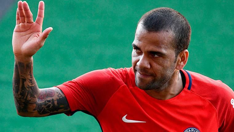 Un fan llama basura a Neymar y Alves y el lateral le responde