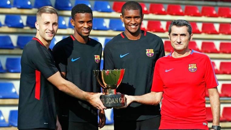 Los recién llegados ya posan con el Trofeo Joan Gamper