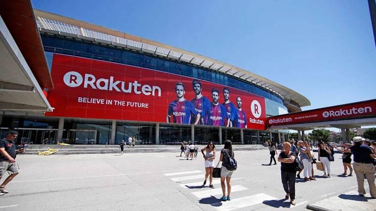 La publicidad de Rakuten ya viste la fachada del Camp Nou