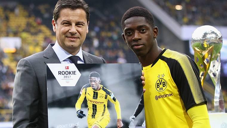 Ousmane Dembélé recoge el premio al jugador revelación de la Bundesliga