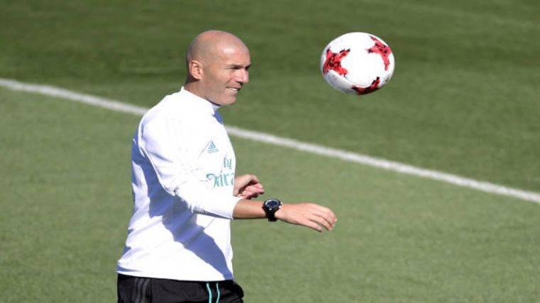 Zidane durante un entrenamiento golpeando el balón