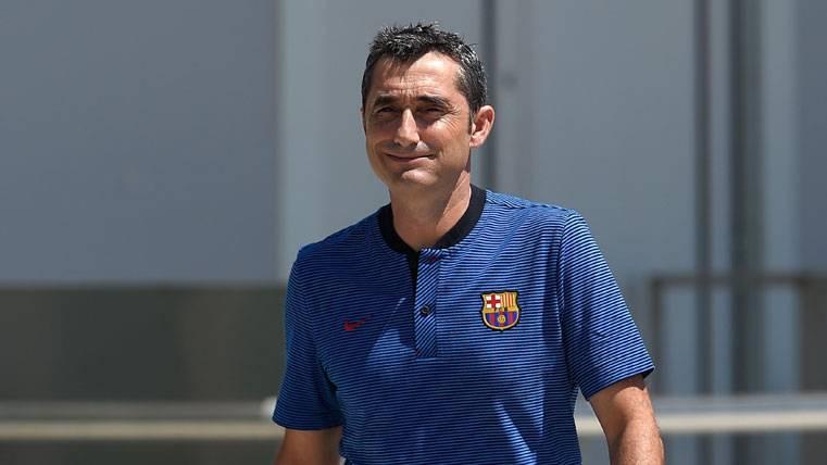 Ernesto Valverde, saliendo a dirigir una sesión de entrenamiento