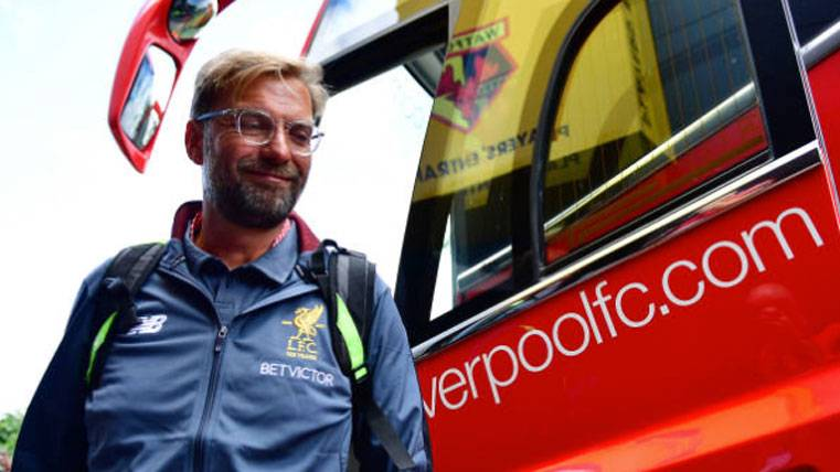 Jürgen Klopp, saliendo del autobús del Liverpool