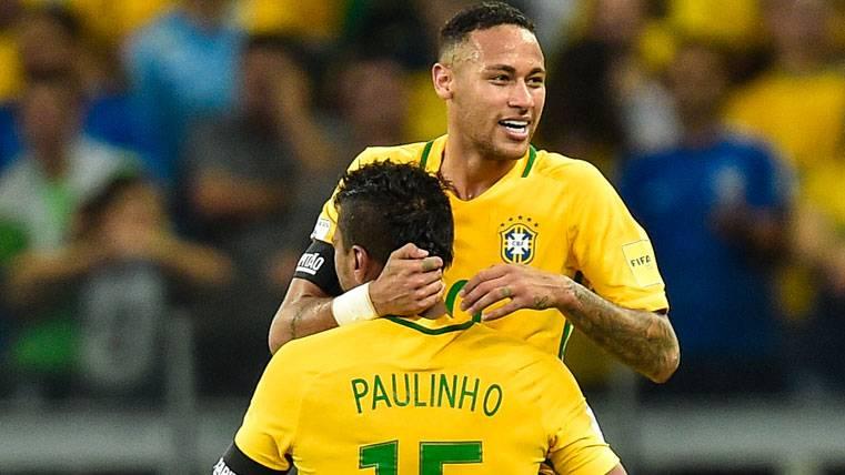 Neymar felicita a Paulinho tras su fichaje por el Barcelona