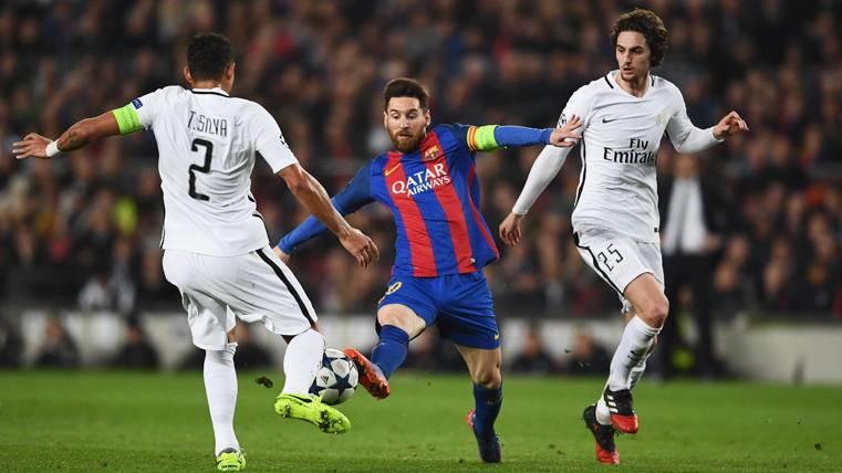 Leo Messi, luchando por un balón con Thiago Silva y Rabiot