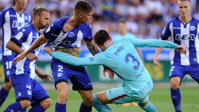 Piqué y Umtiti arriesgaron más de la cuenta contra el Alavés