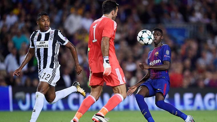 Ousmane Dembélé, intentando marcar un gol a Buffon