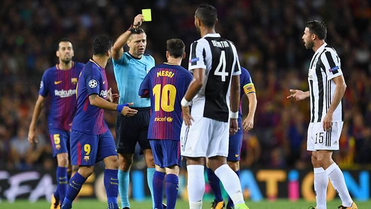 Leo Messi, recibiendo una amarilla por pedir tarjeta amarilla